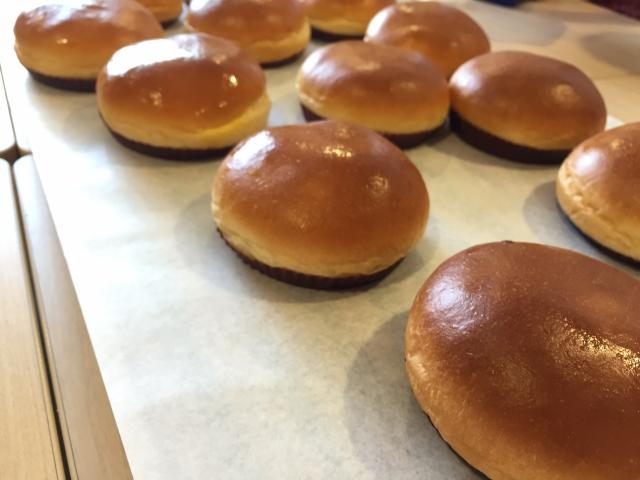 焼きたてパンの写真