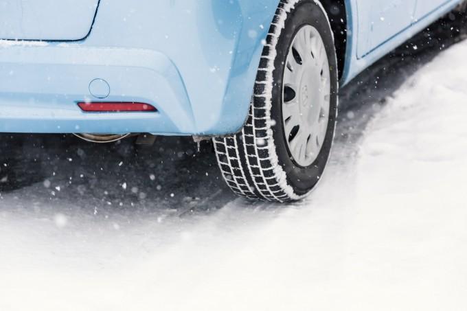 雪道のタイヤの写真